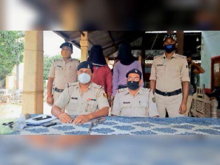 कट्टे के साथ गिरफ्तार अपराधी। - Dainik Bhaskar