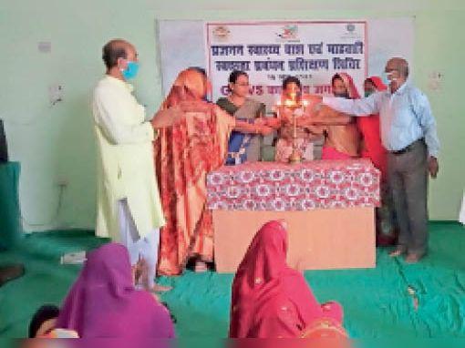 स्वच्छता प्रबंधन कार्यक्रम में शामिल लाेग। - Dainik Bhaskar