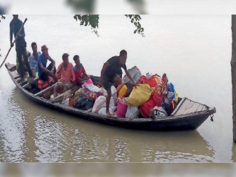 पुछरिया से नाव पर सामान लादकर जाते ग्रामीण। - Dainik Bhaskar