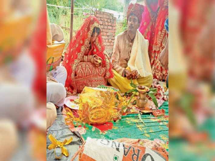 नरसिंह बाबा मंदिर में शादी के बंधन में बंधते दंपती। - Dainik Bhaskar