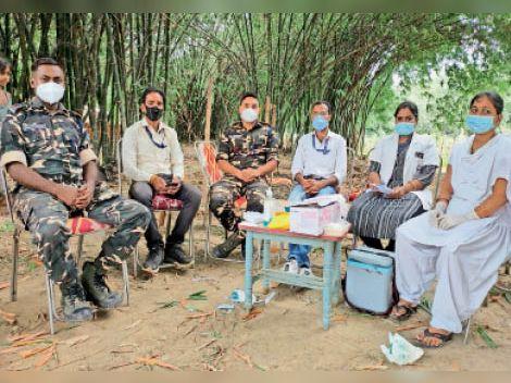 आदापुर में स्वास्थ्यकर्मियों के साथ एसएसबी के अधिकारी। - Dainik Bhaskar