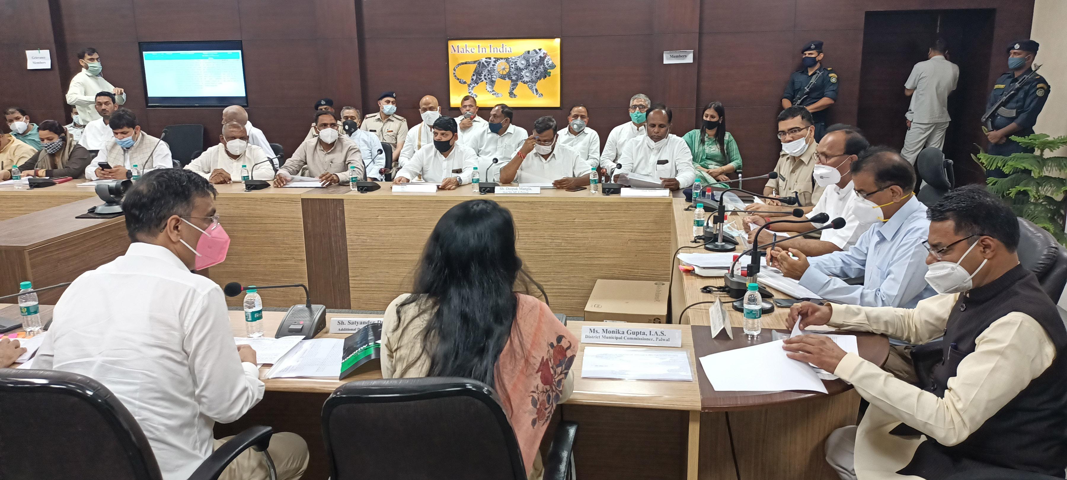 पलवल। सहकारिता मंत्री डॉ. बनवारी लाल ने शुक्रवार को लोगों की समस्याएं सुनीं। - Dainik Bhaskar