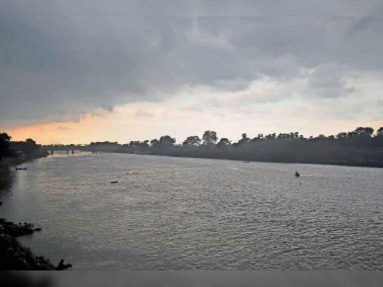 शुक्रवार को बारिश से पूर्व बूढ़ी गंडक नदी पर छाए मानसून के काले घने बादल। - Dainik Bhaskar