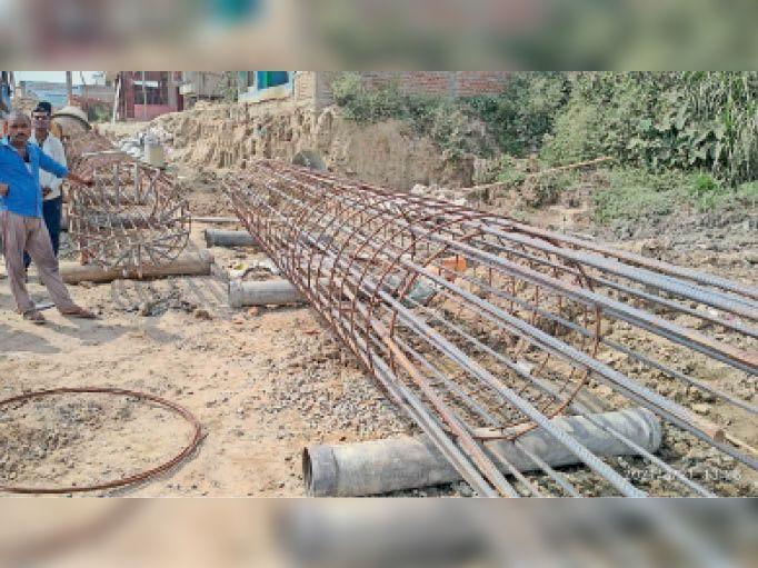 गोहा चौक पर सड़क पुल निर्माण स्थल की स्थिति। - Dainik Bhaskar