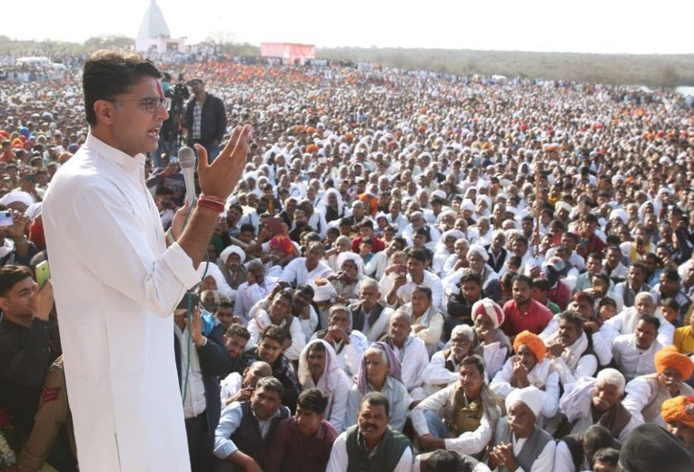 कृषि कानूनों के खिलाफ भरतपुर के बयाना में इसी साल फरवरी में सभा को संबोधित करते सचिन पायलट।