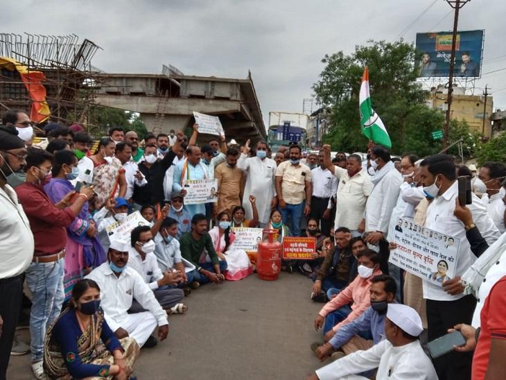 कांग्रेस के नेताओं ने महंगाई के खिलाफ विरोध प्रदर्शन किया। - Dainik Bhaskar