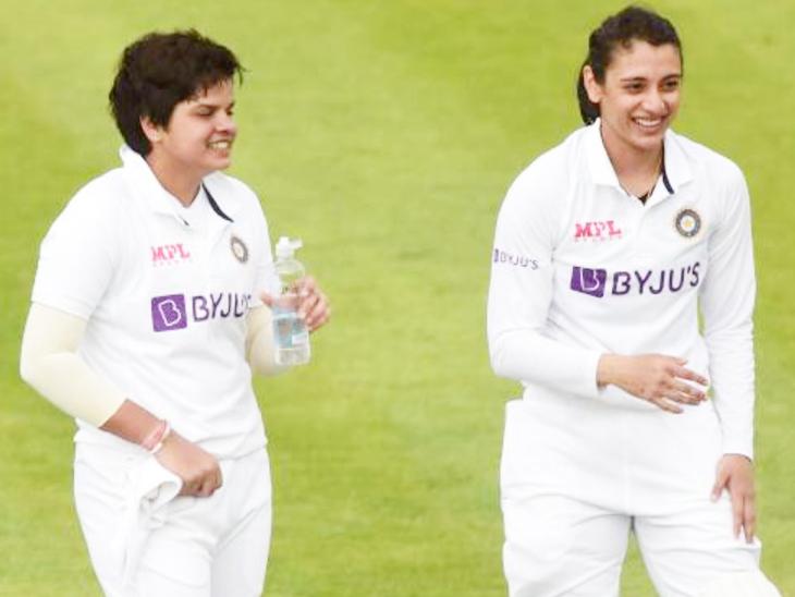 मैच के दौरान ड्रिंक्स ब्रेक में भारतीय ओपनर शेफाली वर्मा और स्मृति मंधाना। मंधाना दूसरी पारी में 8 रन बनाकर आउट हुईं। - Dainik Bhaskar