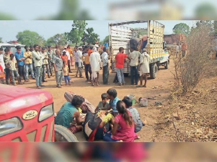 मिट्टी से भरी ट्रैक्टर-ट्राॅली के गिरने से मजदूर की माैके पर ही माैत, गंभीर घायल होने पर मालिक इंदौर में भर्ती|धार,Dhar - Dainik Bhaskar