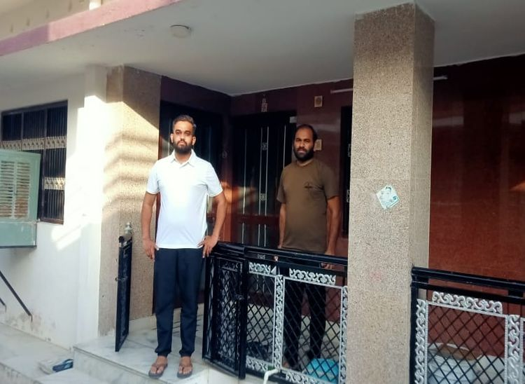सूर्या कॉलोनी में अपने घर पर भाई के साथ राहुल।