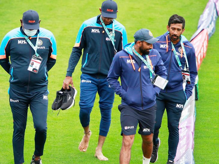 बीच-बीच में बारिश रुकने पर मैदान का जायजा लेते मोहम्मद शमी और ऋद्धिमान साहा। शमी पर भारत को शुरुआत में विकेट दिलाने की जिम्मेदारी होगी। उन्होंने साउथैम्पटन में 2 टेस्ट में 7 विकेट लिए हैं।