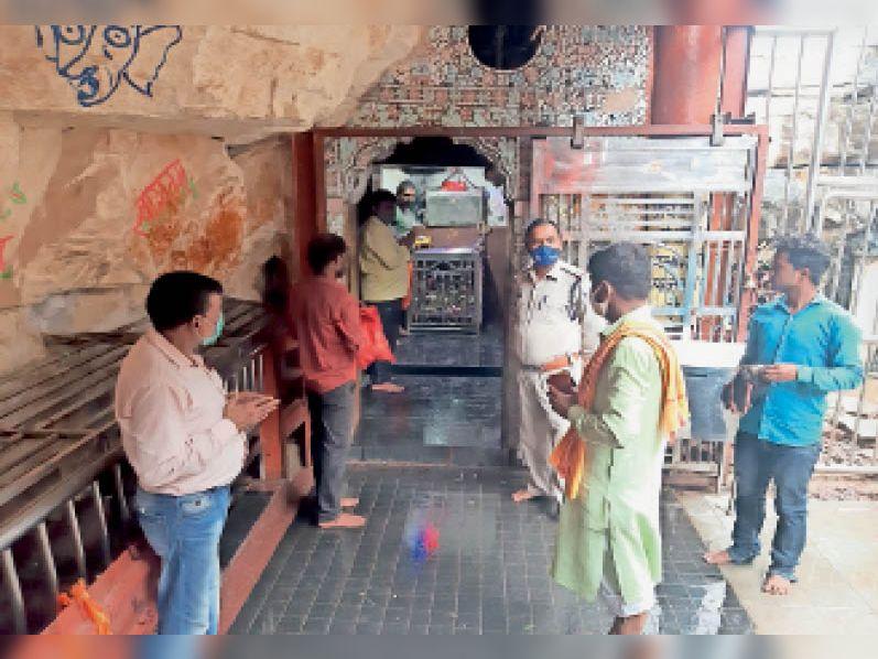 बिजावर|जटाशंकर धाम मंदिर के कपाट खुलने के बाद दर्शन करते श्रद्धालु। - Dainik Bhaskar
