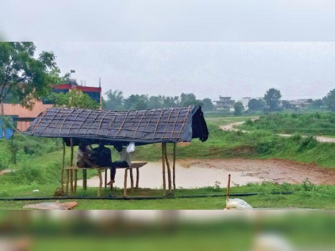 प्रतापपुर रोड में धोबी नाले के पास मछली व्यवसायी बीज बेच रहे हैं, बारिश में भीगने से बचाने बनाई झोपड़ी। - Dainik Bhaskar