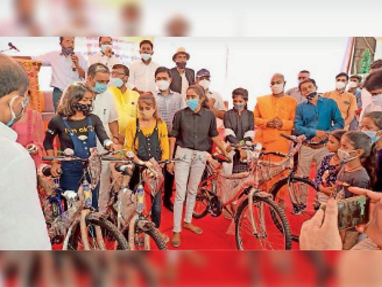 नौगांव  मंदिर निर्माण का हुआ भूमि पूजन और छात्राओं को वितरित की साइकिलें। - Dainik Bhaskar