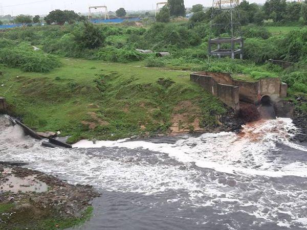 फैक्ट्रियों का प्रदूषित कचरा और शहर के सीवेज का पानी नदी में मिल जाता है।