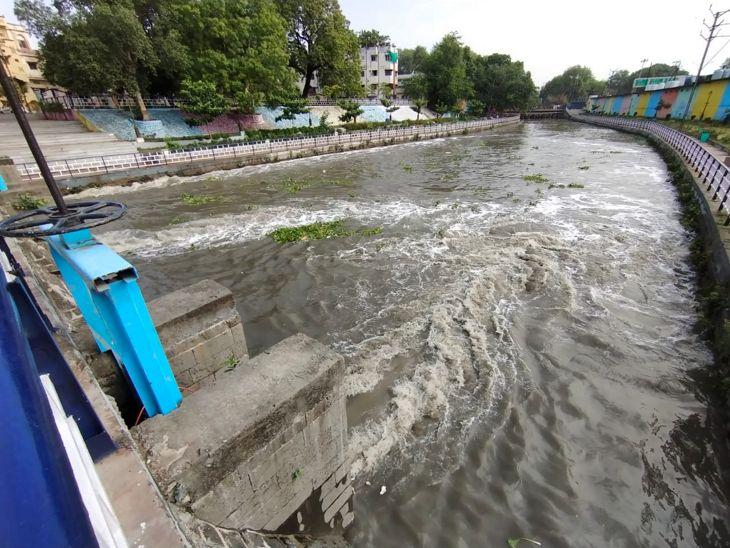 इंदौर में 1 घंटे में 3 इंच पानी गिरने पर उठा सवाल, क्या मानसून ने दस्तक दे दी, विशेषज्ञ बोले- नहीं, नमी और उमस के कारण हुई बारिश, मानसून 20 तक भी संभव नहीं|इंदौर,Indore - Dainik Bhaskar