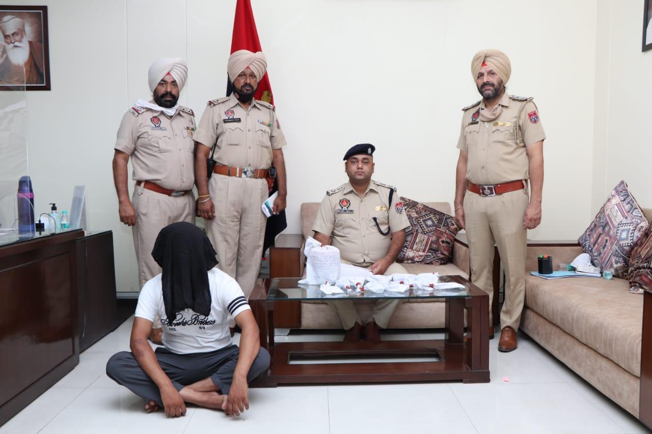 नाभा व फरीदकोट जेल में बैठ 2 बदमाश चला रहे तस्करी नेटवर्क, पाक से मंगवाई एक किलो हेरोइन, 4 पिस्टल समेत BA स्टूडेंट साथी जालंधर में अरेस्ट|जालंधर,Jalandhar - Dainik Bhaskar