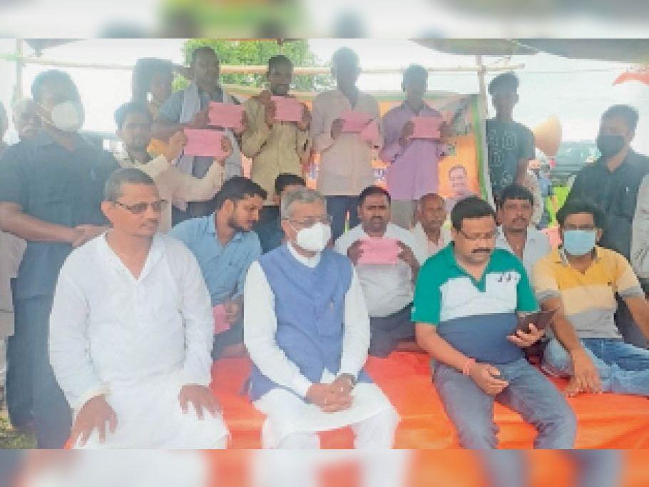 नक्सल प्रभावित गांव में झारखंड सरकार के खिलाफ धरना देते बाबूलाल मरांडी। - Dainik Bhaskar