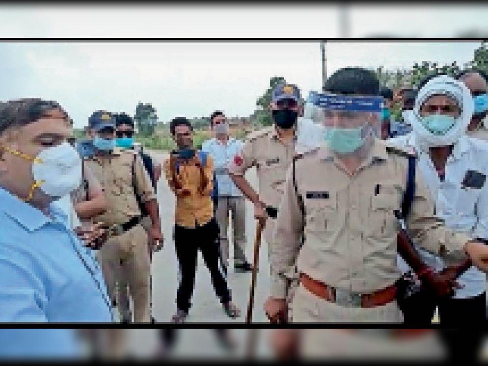 निवाड़ी| अधिकारियों को समझाइश देते अधिकारी। - Dainik Bhaskar