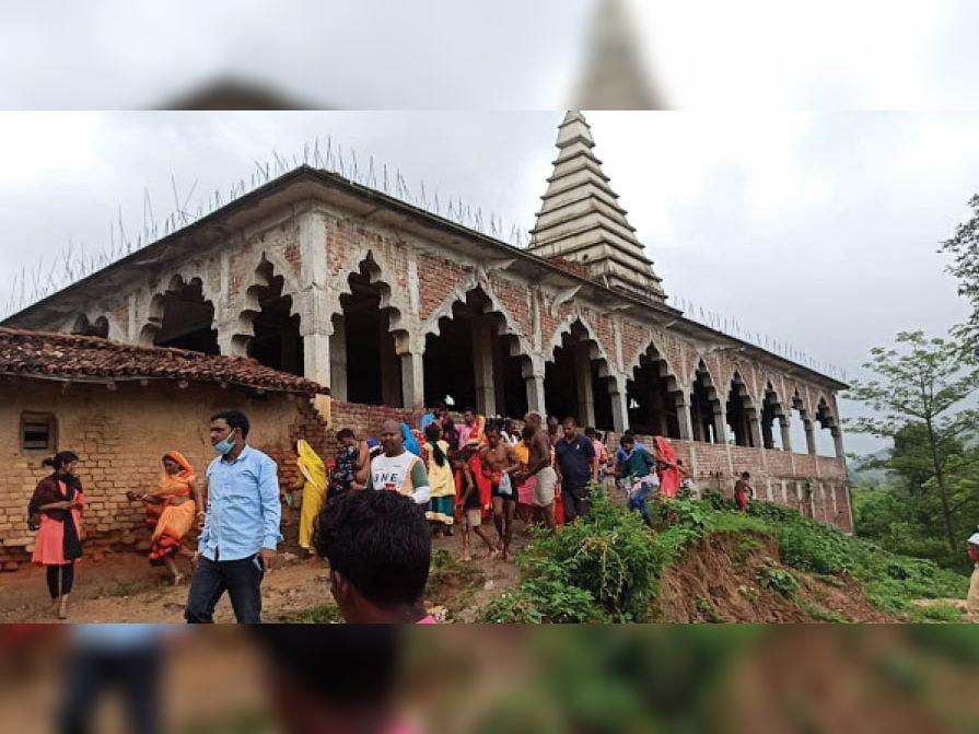 मंदिर के पीछे से पहुंचे श्रद्धालुओं को हटाते सीओ अनिल कुमार चौबे। - Dainik Bhaskar