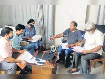 अलवर में कार्रवाई करती एसीबी की टीम।
