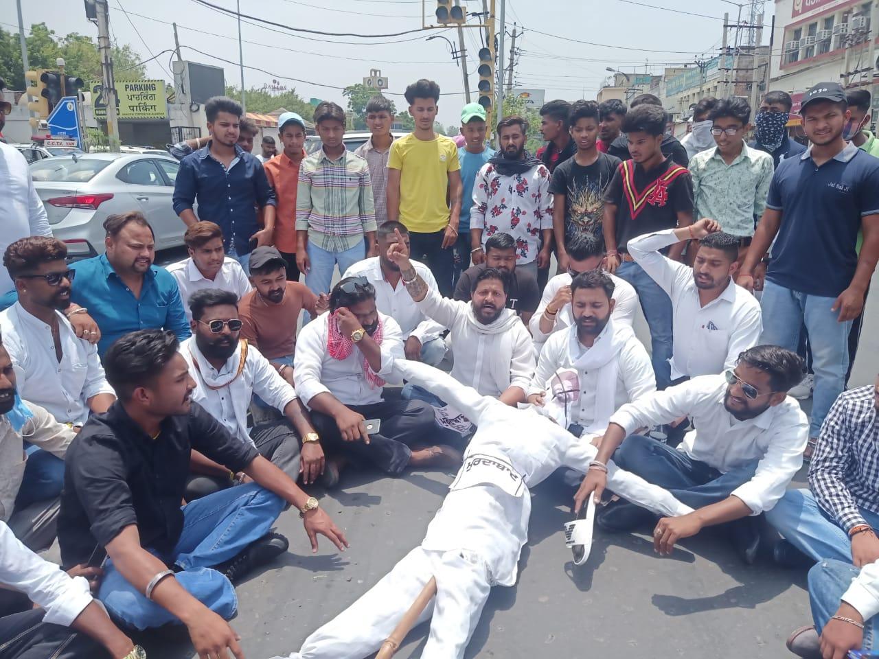 जालंधर में ऑल इंडिया एकता दल ने फूंका पुतला, बोले-जिन दलितों के सिर पर सांसद बनें, उनका ही अपमान किया|जालंधर,Jalandhar - Dainik Bhaskar