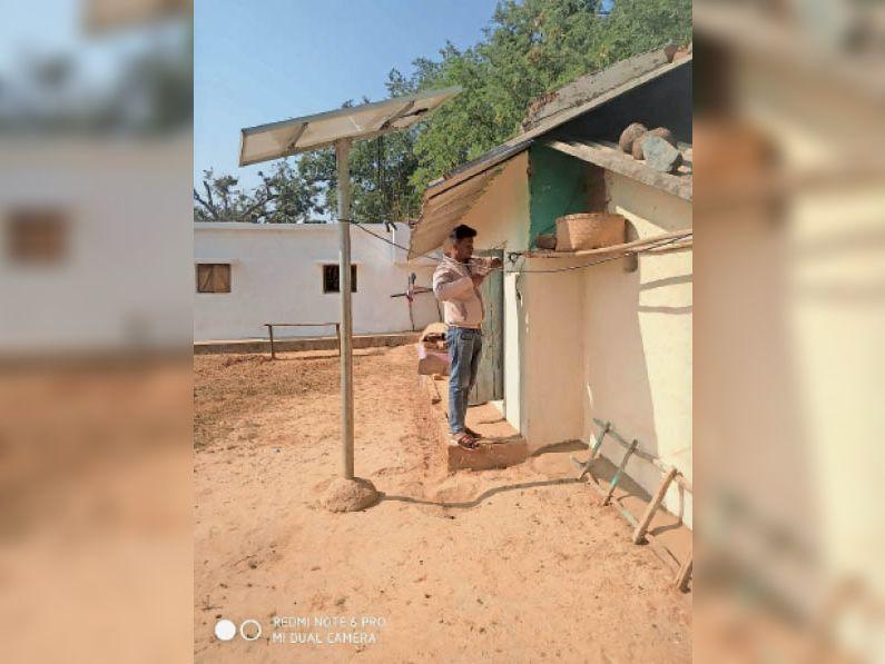 आंगनबाड़ी में सोलर पैनल लगाने का काम किया जा रहा। - Dainik Bhaskar