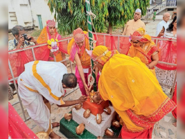 पंचकल्याणक महोत्सव के लिए मंगल कलश विराजमान करते श्रद्धालु। - Dainik Bhaskar