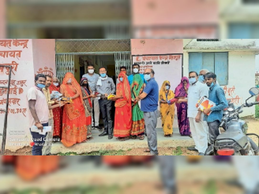 वैक्सीनेशन करवाने पहुंची महिलाओं को प्रोत्साहित करने के लिए सरपंच ने बांटी साड़ियां - Dainik Bhaskar