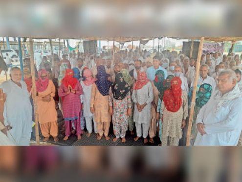 भिवानी। कितलाना टोल पर जारी किसानाें के अनिश्चितकालीन धरने पर रानी लक्ष्मीबाई को याद करते किसान। - Dainik Bhaskar