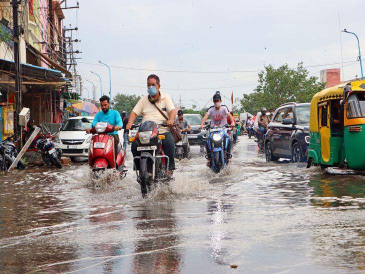 गुरुवार शाम भी कुछ देर की बारिश में सड़कें लबालब हो गईं।