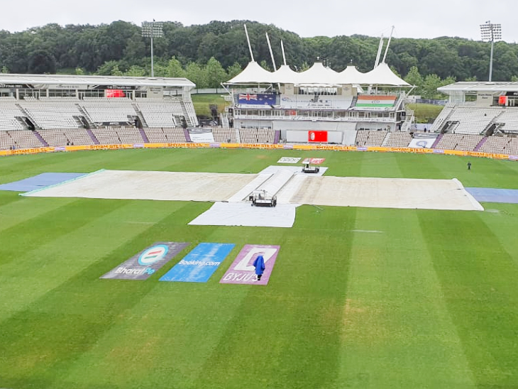 भारत और न्यूजीलैंड का पहला सत्र बारिश की वजह से धुल गया। ग्राउंड स्टाफ ने पिच को गीला होने से बचाने के लिए पहले से ही उसे कवर से ढंक दिया था।