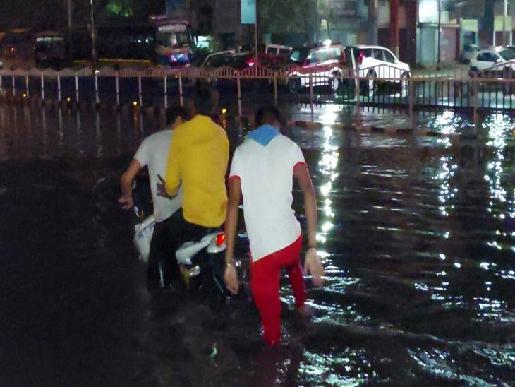 बारिश के बाद बीआरटीएस के हाल।