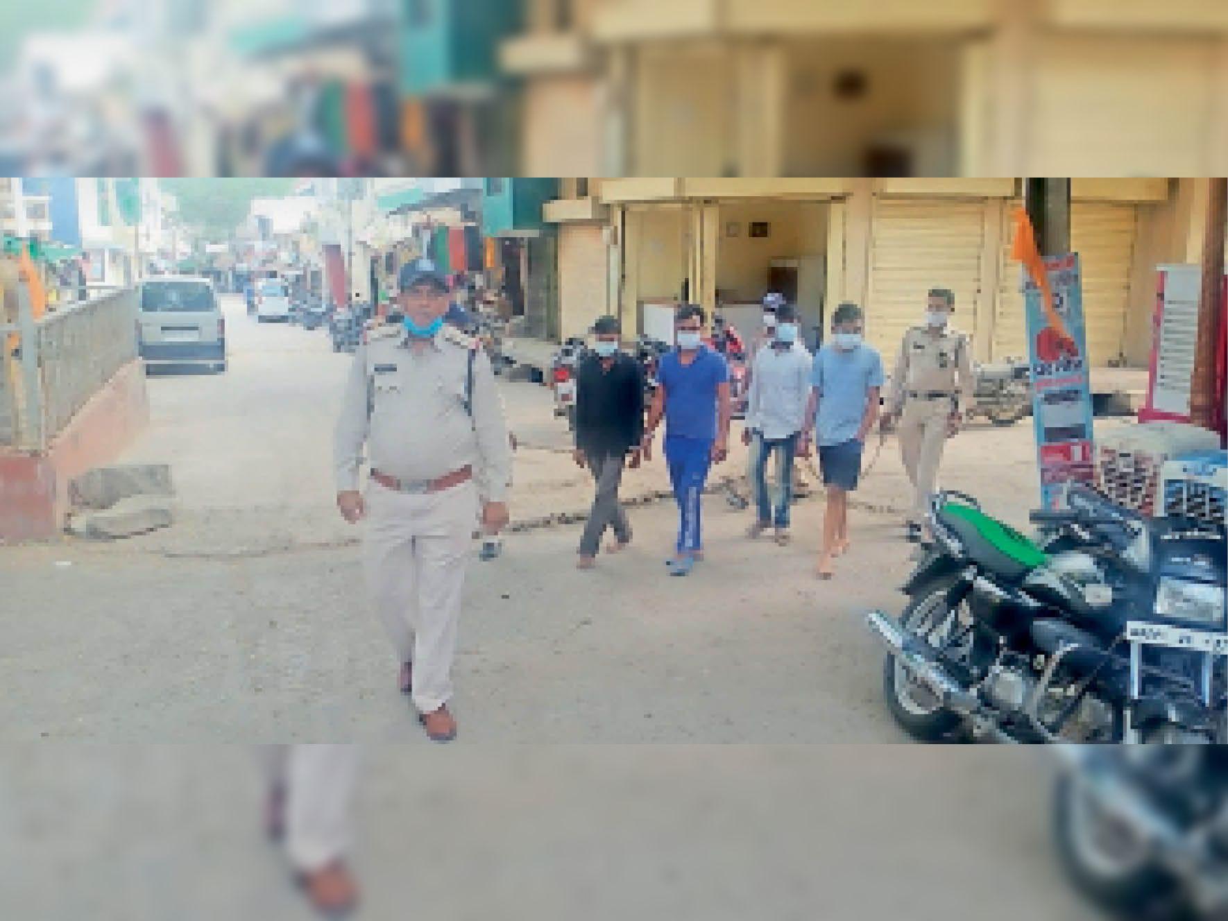 मानपुर. पुलिस की गिरफ्तार सट्टा उतारने वाले चारों आरोपी। - Dainik Bhaskar