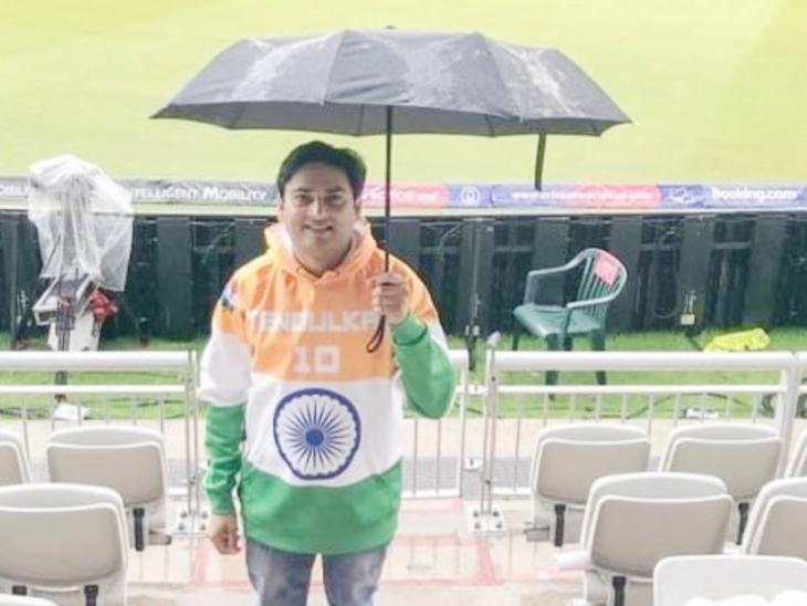 बारिश के दौरान ब्रेक में दर्शकों ने फोटो सेशन का लुत्फ उठाया। ICC ने फैन्स को कोरोना गाइडलाइंस को सख्ती से फॉलो करने के निर्देश दिए हैं।