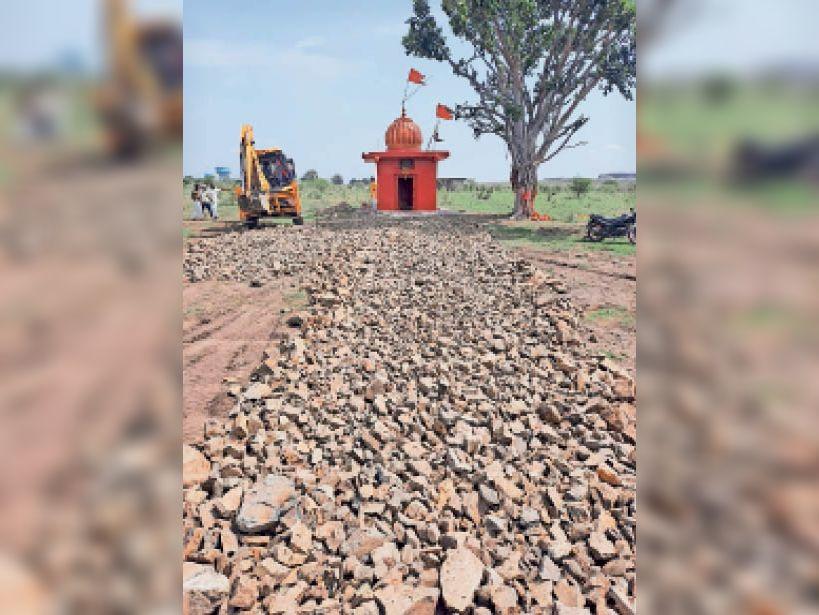 बालाजी मंदिर जाने वाला 500 मीटर का रोड बनवाना शुरू किया। - Dainik Bhaskar
