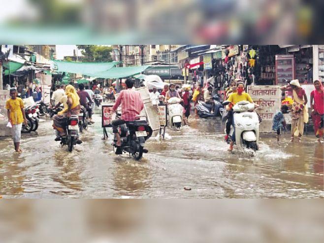 शिवगंज. बारिश के बाद बाजार में सड़क पर पानी भर गया। - Dainik Bhaskar