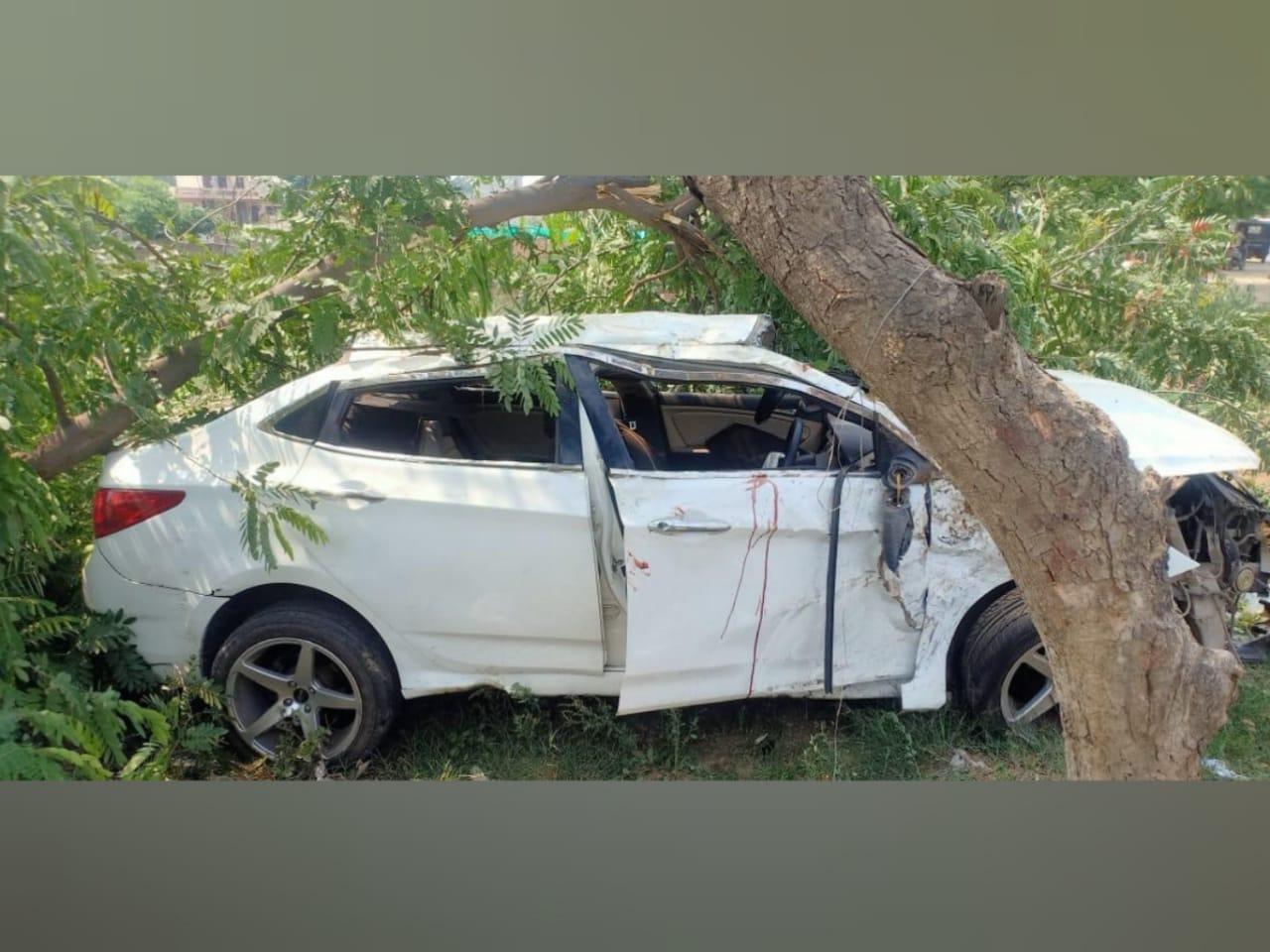 हादसे की वजह से बुरी तरह क्षतिग्रस्त हुई कार। - Dainik Bhaskar