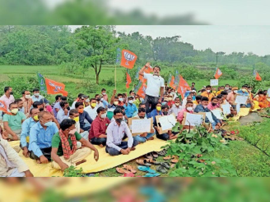 करमाटांड़ प्रखंड में हेमंत सरकार के विरोध एक दिवसीय धरना प्रदर्शन करते भाजपाई। - Dainik Bhaskar