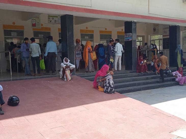 जिला अस्पताल की ओपीडी के बाहर जमा भीड़। - Dainik Bhaskar