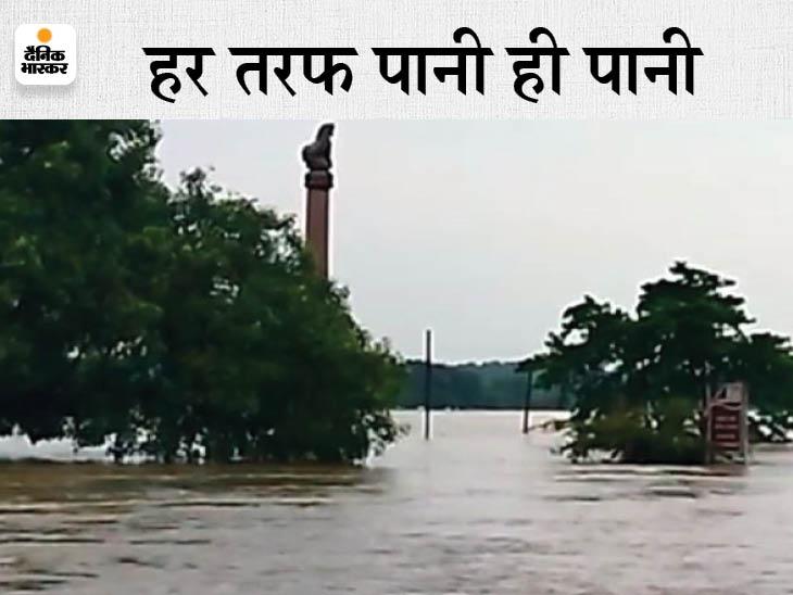 नरकटियागंज-लौरिया रोड पर 5 फीट पानी, संपर्क टूटा; स्तंभ के पास डायवर्सन बहा, राम जानकी मंदिर बना टापू|बेतिया,Bettiah - Dainik Bhaskar