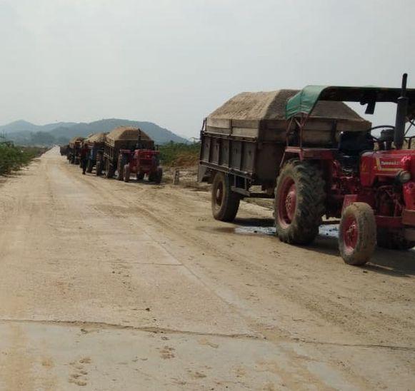 जिले में अवैध परिवहन करते वाहन - Dainik Bhaskar