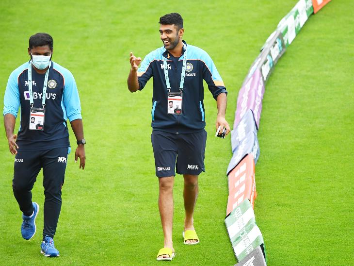 भारत के सबसे सफल स्पिनर्स में शामिल रविचंद्रन अश्विन भी वेट आउट-फील्ड का जायजा लेते हुए। फाइनल में अश्विन और रविंद्र जडेजा भारत का स्पिन डिपार्टमेंट संभालेंगे।