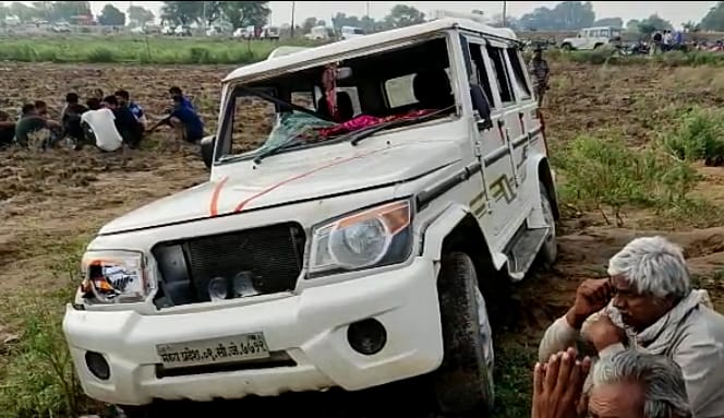 अमोलपुरा गांव में वन अमले का वाहन - Dainik Bhaskar