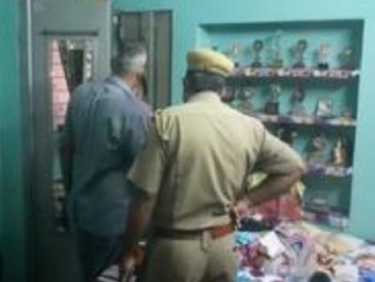 चोरी की वारदात के बाद पहुंची पुलिस।