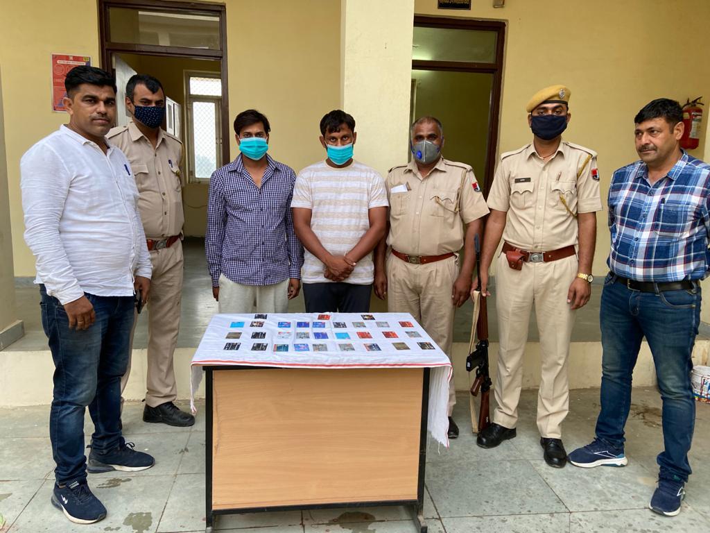 एटीएम कार्ड साथ पुलिस ने दो आरोपियों को  गिरफ्तार किया। - Dainik Bhaskar