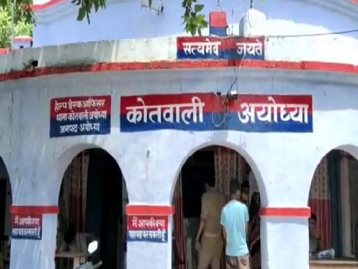 नाति का हाथ पकड़ नानी कर रहीं थी सड़क पार, बस ने मार दी टक्कर-मासूम की मौत; गुस्साए लोगों ने की चालक की धुनाई|अयोध्या,Ayodhya - Dainik Bhaskar