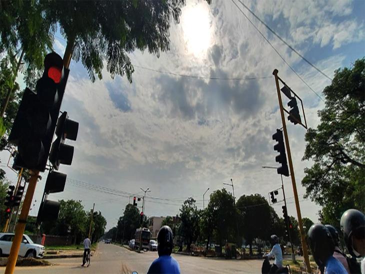 शहर में आज सुबह से इस तरह के बादल आकाश में छाए हुए है। हल्की बारिश के संकेत दिए गए। फोटो लखवंत सिंह - Dainik Bhaskar