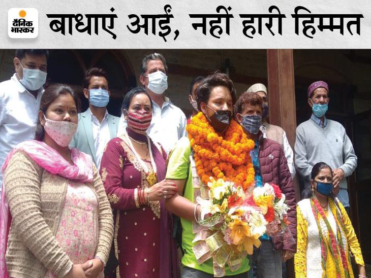 वीरेंद्र ठाकुर का स्वागत करते माता-पिता और पंचायत अधिकारी। - Dainik Bhaskar