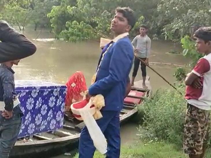 सारण के गांव में हो रही थी शादी, भर आया गंडक का पानी; नाव से करनी पड़ी दूल्हा-दुल्हन की विदाई|सारण,Saran - Dainik Bhaskar