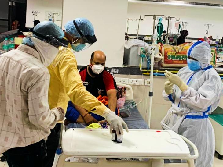 कोरोना मरीजों का उपचार करते हेल्थ वॉरियर्स। - Dainik Bhaskar
